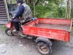 Лёня показывает как надо ездить на мураше, (на муравье) маленький мотоцикл с тележкой. Припарковался задом и улетел в яму