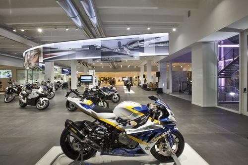 BMW открыла крупнейший шоурум