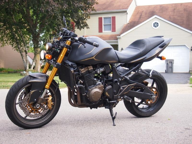 Kawasaki Z750 2005 подвергся мототюнингу в гараже любителя.
