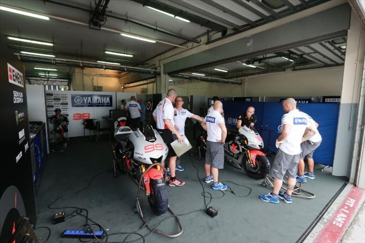 В команде Yamaha Racing пилоты против перегородки, но она по-прежнему на месте.