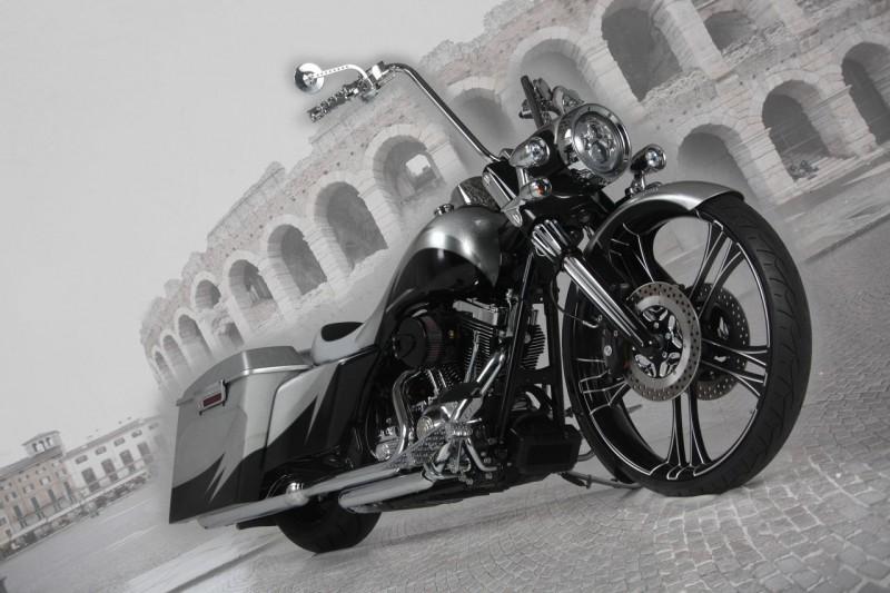 Мастера  из «Custom Chrome» отлично поработали над Harley-Davidson Road King 2013.